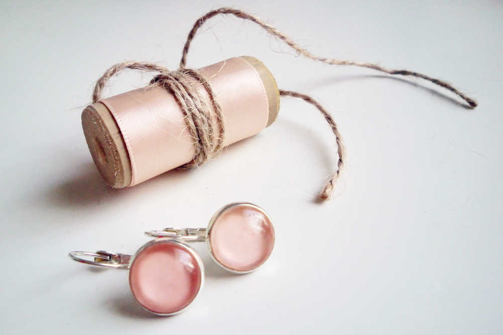 DIY bridesmaids gift: earrings in bridal nail polish colour. (Click through for tutorial)